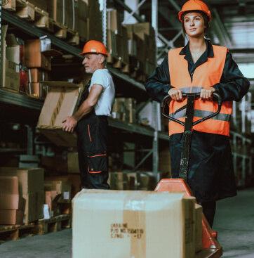 一男一女整理貨物