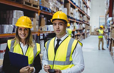 宗祐國際倉儲物流一男一女穿黃背心管理人